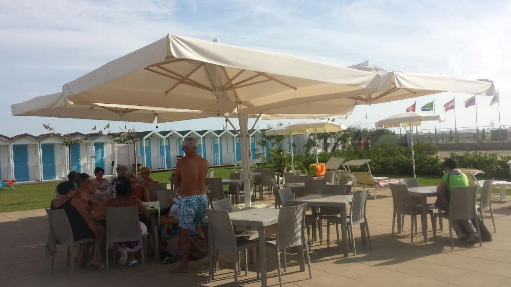 Gran cuadrada parasol mastil lateral 8x8m Alu Poker Scolaro SCOLARO